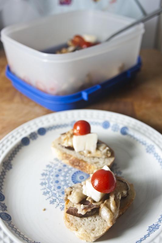 ברוסקטה חציל לבן עם עגבניית שרי וגבינה גרוזינית